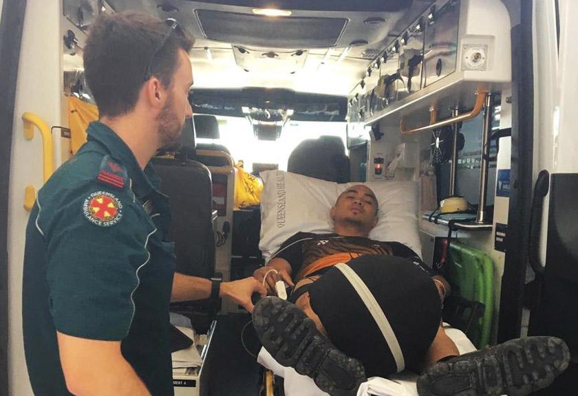 Azizulhasni Awang dibawa dengan ambulans untuk mendapatkan rawatan di hospital. - Gambar Facebook AZIZULHASNI AWANG