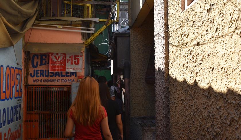 Pasukan Ceritalah menyusuri jalan menuju ke rumah Normita. - Foto Ceritalah
