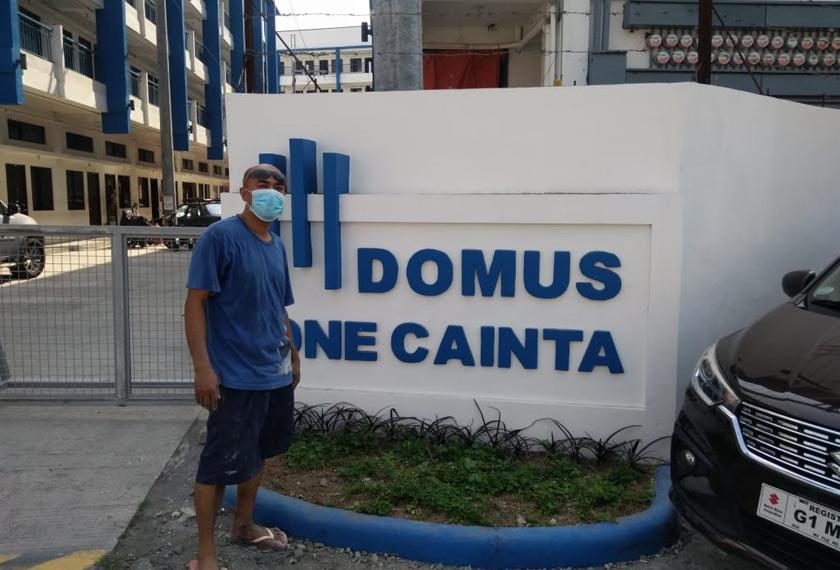 Adriano berdiri di hadapan kondominium tempat dia bekerja sejak empat tahun lepas. Foto Ceritalah