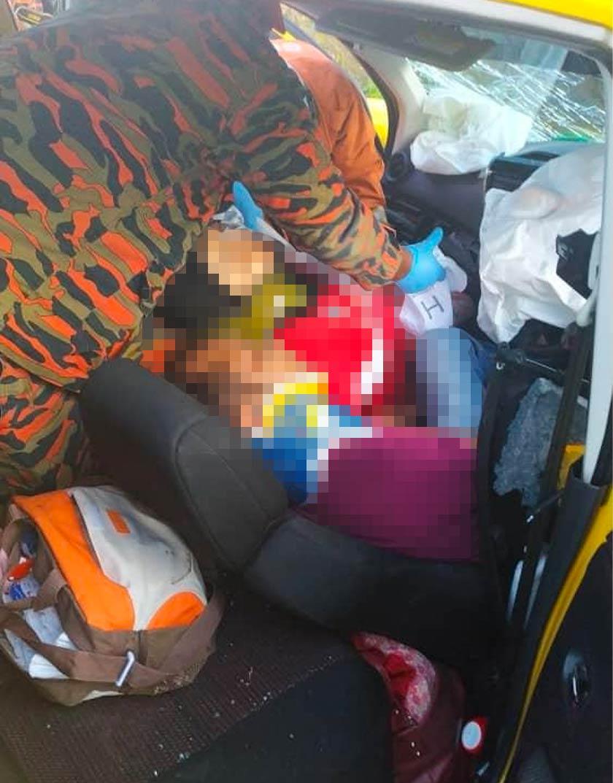 Mangsa yang tersepit dibantu anggota JBPM.