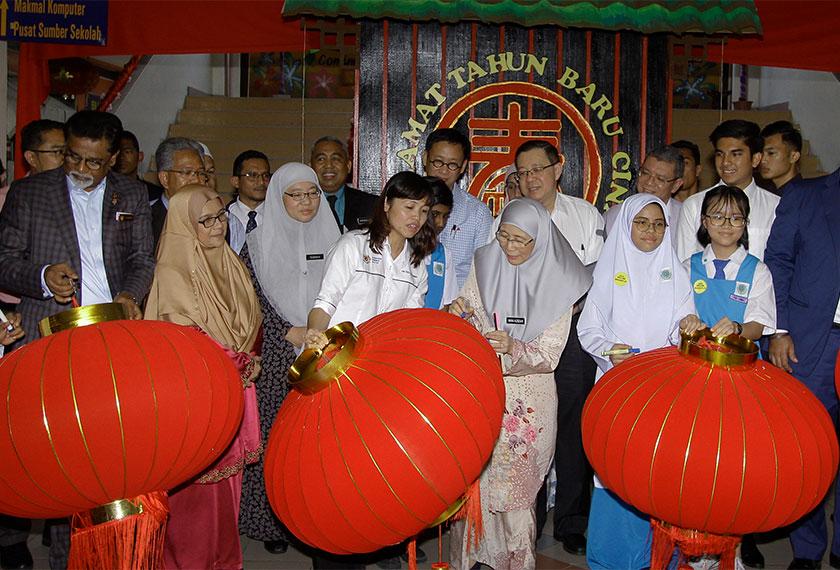 Dr Wan Azizah menandatangani tanglung ketika hadir ke SMK Pusat Bandar Puchong 1, 8 Jan lalu. --fotoBERNAMA