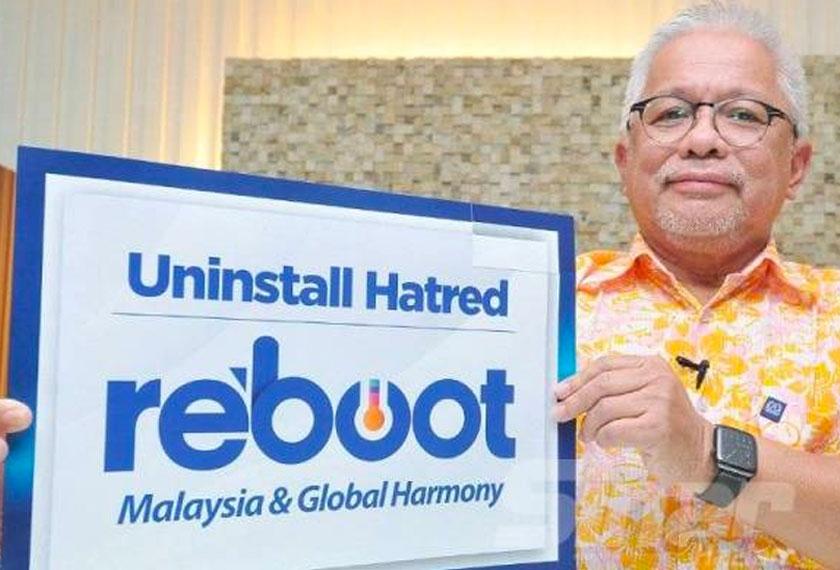 Hussamuddin memegang poster kempen Uninstall Hatred dan Reboot Malaysia. - Foto Sinar Harian ROSLI TALIB