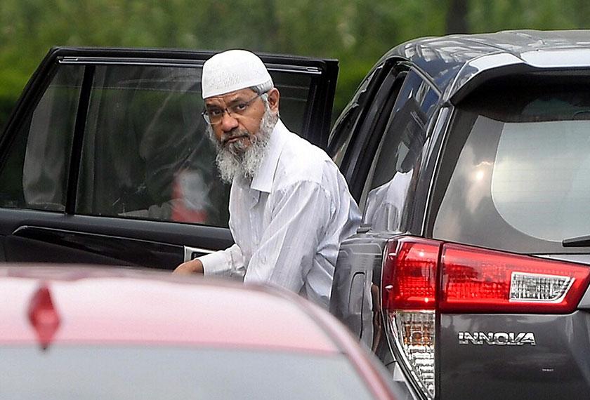 Dr Zakir Naik kelihatan keluar daripada kereta jenis Toyota Innova sebelum memasuki Ibu Pejabat Polis Bukit Aman, 22 Ogos, 2019. --fotoBERNAMA/Fail