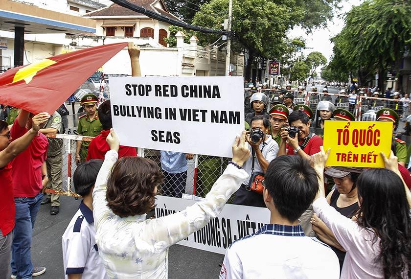 Penunjuk perasaan melaungkan slogan yang menolak sifat agresif China di Laut China Selatan ketika mengadakan demonstrasi di kota Ho Chi Minh. Foto AFP/Ceritalah