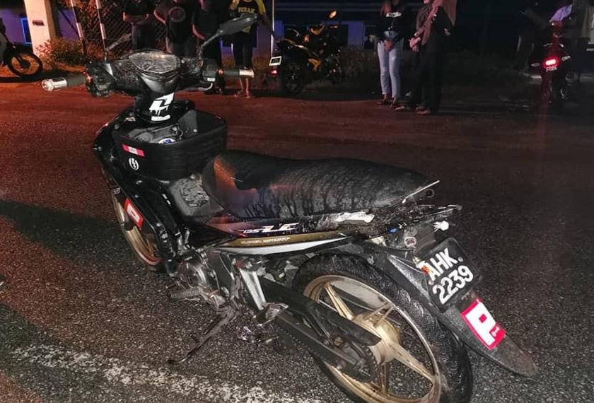 Motosikal yang ditunggangi Muhammad Izzat ditemui pada jarak 40 meter dari mayatnya. Foto PDRM