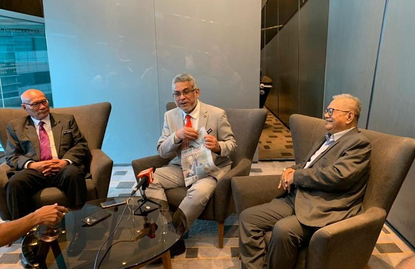 Pengerusi Bersama KLWBC 2020, Khalid Samad menjelaskan pada media matlamat Projek 100 Buku Emas KLWBC 2020. - Gambar Sekretariat KLWBC 2020