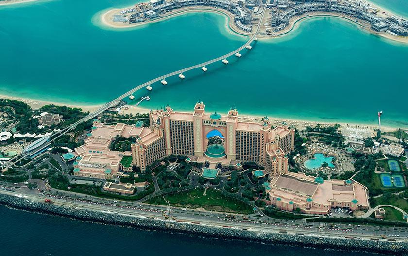 Pandangan udara Atlantis The Palm yang menyambut tetamunya dengan layanan eksklusif dan elemen hiburan santai untuk sekeluarga.