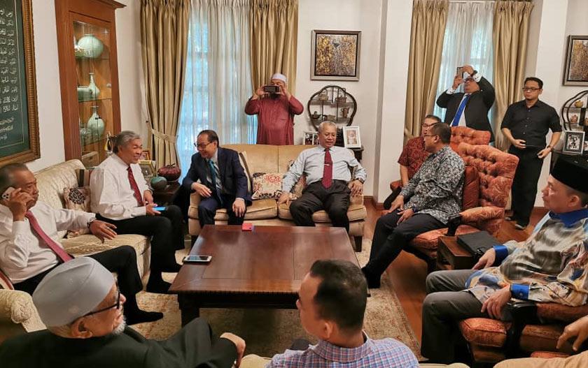 Muhyiddin bersama beberapa pemimpin parti politik berkumpul di rumah beliau sebelum ke Istana Negara. - Foto ihsan Bersatu