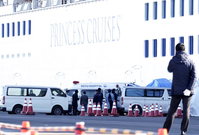 Pasukan perubatan yang bertugas di perkarangan kapal persiaran, Diamond Princess yang kini telah merekodkan 61 kes positif novel koronavirus. - Foto AP
