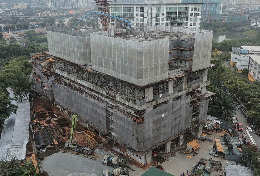 Operasi tersebut berdepan kesukaran lantaran struktur runtuhan tersebut bermula dari tingkat enam. - Foto Astro AWANI / SHAHIR OMAR