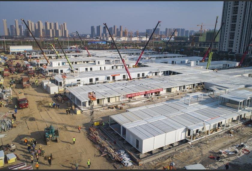 Buruh pembinaan di hospital lapangan sementara kedua, Hospital Leishenshan, yang dibina di Wuhan, China.