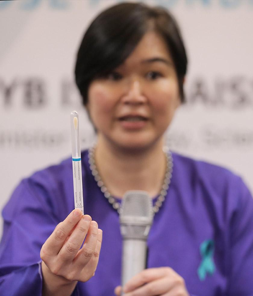 Dr Woo menerangakan pensampilan kendiri dengan menggunakan swab. - Astro AWANI/SHAHIR OMAR