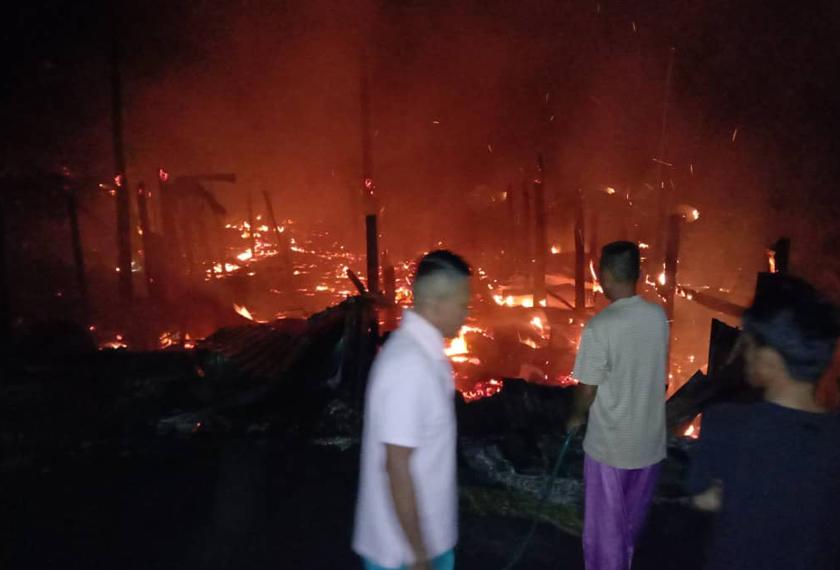Kedua-dua buah rumah jenis tidak kekal yang terlibat dalam kebakaran itu musnah 100 peratus. - Foto JBPM Sarawak