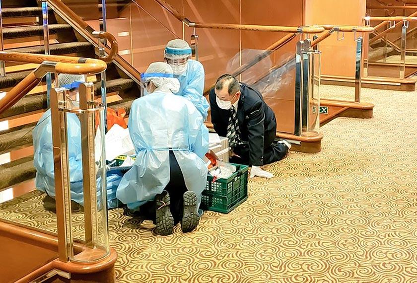 Pasukan perubatan yang bertugas di dalam kapal persiaran, Diamond Princess yang kini telah merekodkan 61 kes positif novel koronavirus. - Foto AP