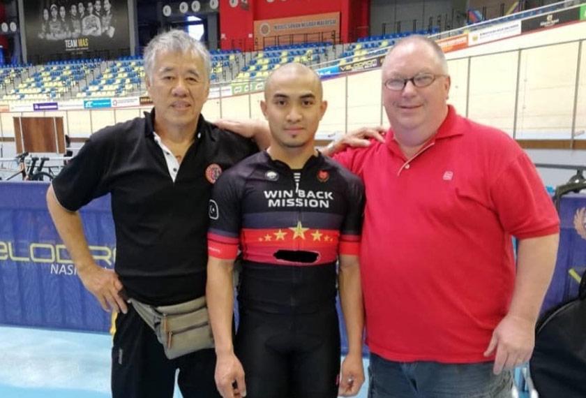 Azizulhasni turut memuat naik foto bersama Ng Joo Ngan (kiri) dan jurulatihnya, John Beasley.