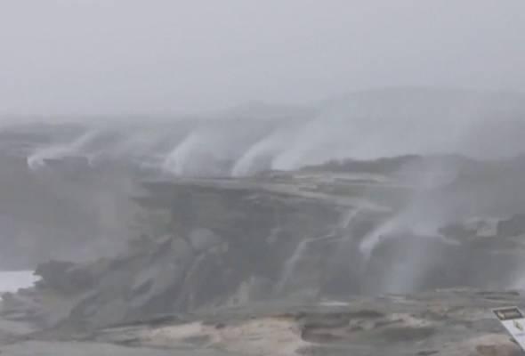 'Air terjun terbalik' di Sydney akibat angin kencang