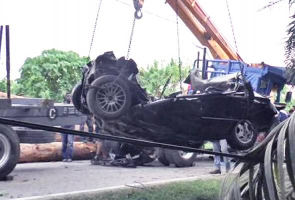 Wanita maut kenderaan dihempap kayu balak