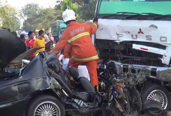 2 maut, kereta bertembung lori tangki
