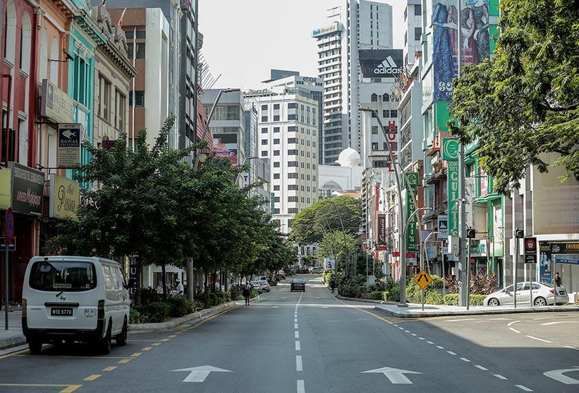 Suasana lengang di Jalan Tunku Abdul Rahman, Kuala Lumpur pada hari pertama pelaksanaan Perintah Kawalan Pergerakan - Foto Astro AWANI / SHAHIR OMAR
