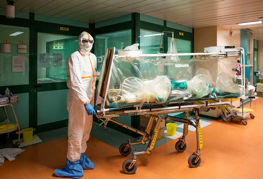 Petugas perubatan perlu memakai pakaian khas apabila berhadapan dengan pesakit.