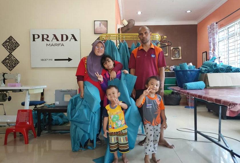 Nur Afia bersama ibu bapa dan adik-adiknya.