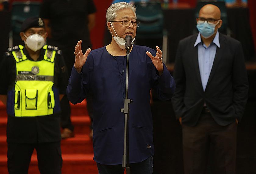 Menteri Kanan (Kluster Keselamatan) Datuk Seri Ismail Sabri Yaakob (tengah) memberikan ucapan pendek apabila hadir melihat proses pelepasan pelajar-pelajar IPT ke kampung halaman masing-masing pada Isnin malam. - gambar Univerisiti Malaya