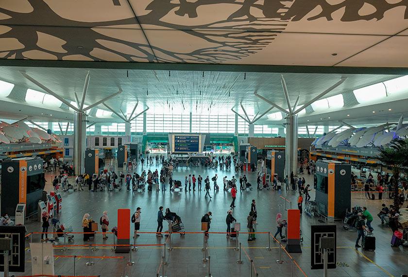 Susulan pembukaan semula operasi penerbangan syarikat tambang murah AirAsia, ke laluan domestik terpilih, orang ramai mula berada di terminal perlepasan di klia2 ketika tinjauan 29 April, 2020. --fotoBERNAMA