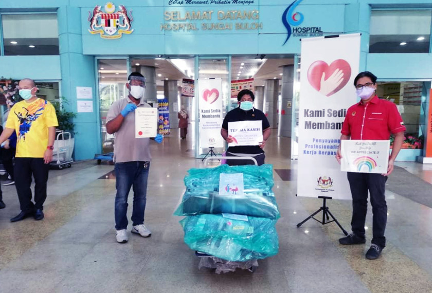 AKEMI representative, Shamsul Helmy Shamsuddin (left), and ADUN Pasir Bedamar, Terence Naidu (right), deliver face shields to Hospital Sungai Buloh.