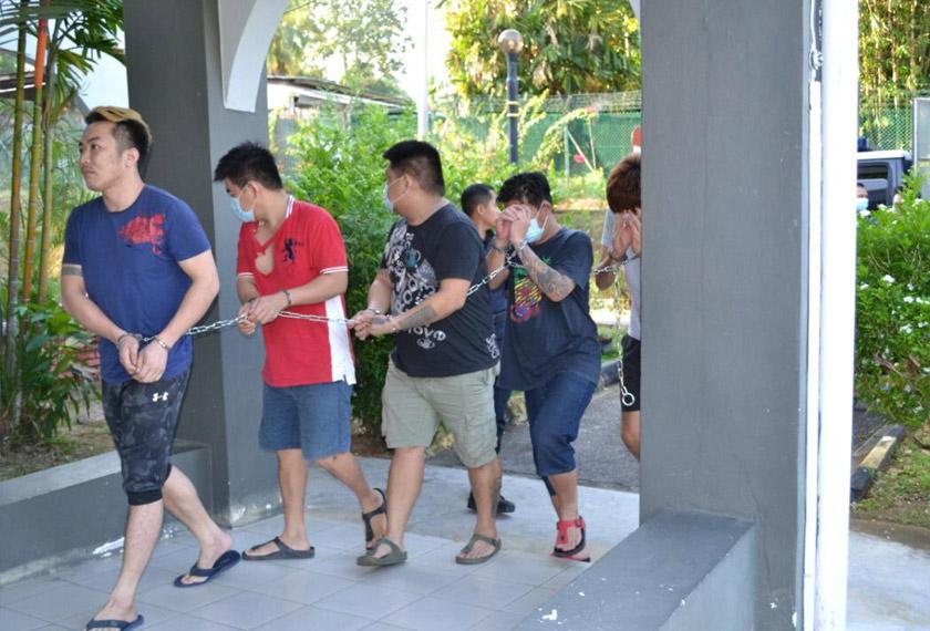 Sebahagian daripada 14 individu yang dibawa ke Mahkamah Majistret Baling hari ini akibat melanggar PKP pada 29 dan 30 Mac lalu. - Astro AWANI
