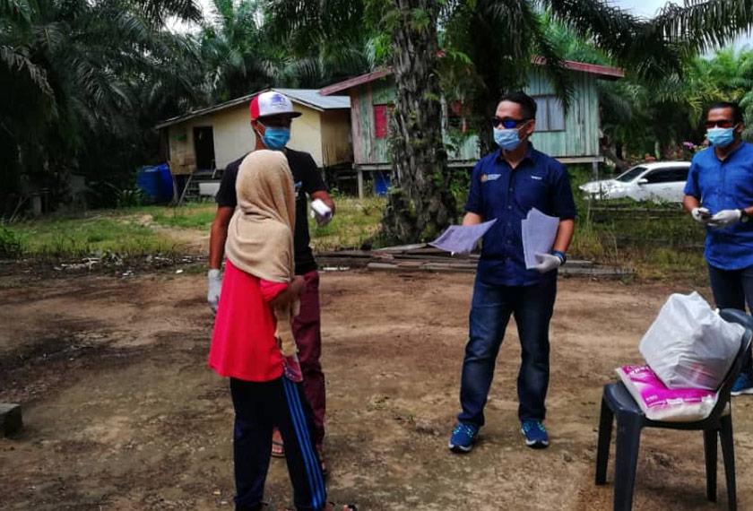 Rombongan Ziarah Cakna menyampaikan sumbangan dan memberi maklumat mengenai COVID-19 kepada keluarga murid SK Bangingod yang terlibat. - Foto Astro AWANI