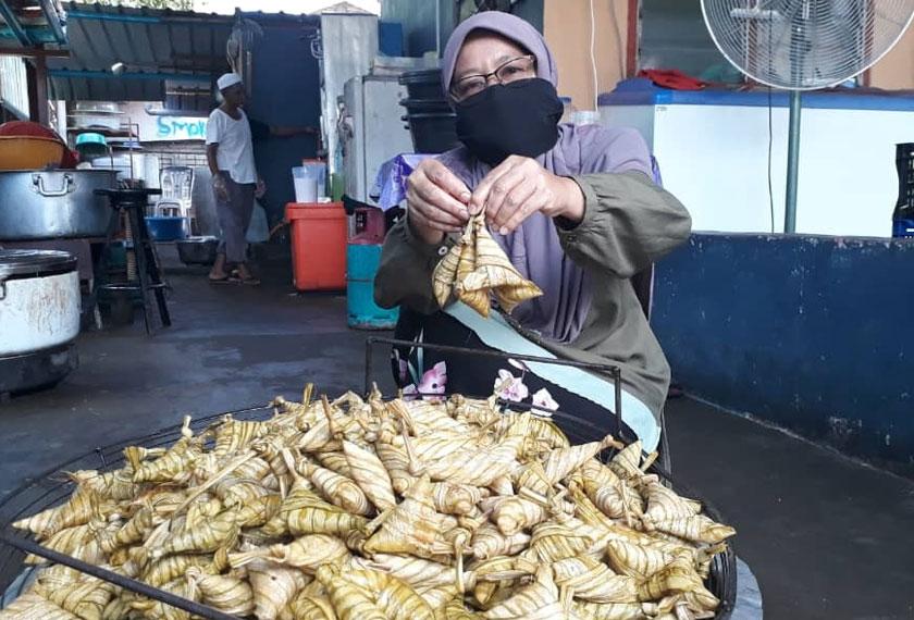 Che Non telah mengusahakan perniagaan ketupat palas sejak 15 tahun lalu. - Foto Astro AWANI