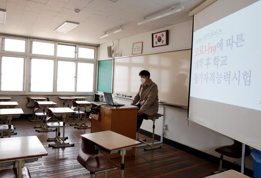 Seorang guru sedang mengajar murid secara dalam talian. -Reuters