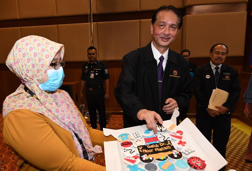 Salah seorang petugas media menghadiahkan muffin kepada Datuk Dr Noor Hisham. - Foto BERNAMA