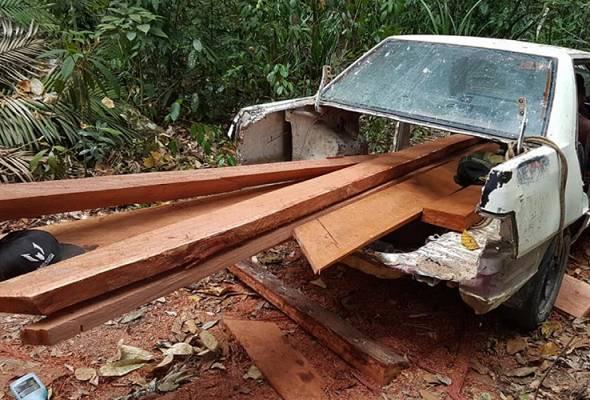 Curi kayu balak dengan kereta yang hampir tinggal rangka