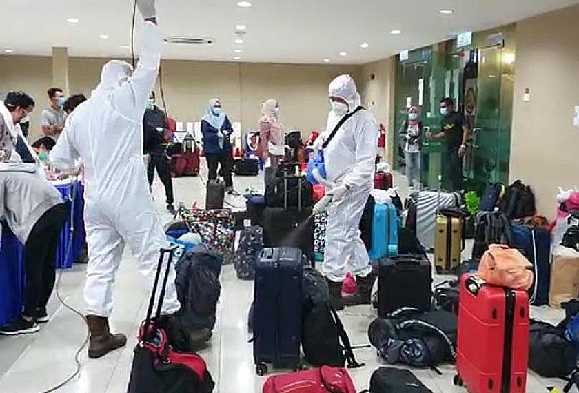Bagasi-bagasi yang dibawa para pelajar untuk pulang ke kampung halaman disanitasi.