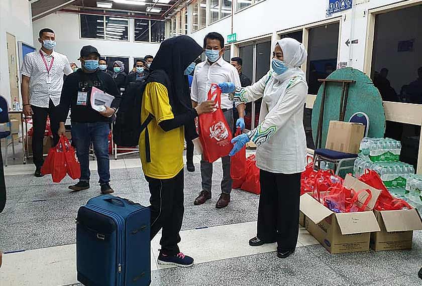 Menteri Pengajian Tinggi, Datuk Dr Noraini Ahmad menyampaikan sumbangan makanan kepada para pelajar IPT dari zon tengah yang akan berlepas pulang ke kampung halaman masing-masing, di Universiti Kebangsaan Malaysia (UKM) pada Isnin malam.
