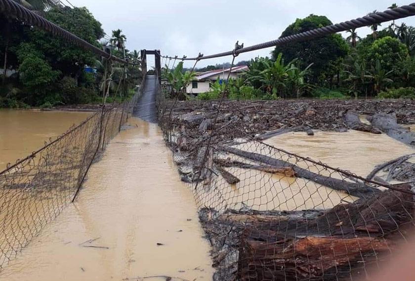Laluan darat yang terputus selepas jambatan yang menjadi laluan utama rosak. - Foto JBPM Sarawak
