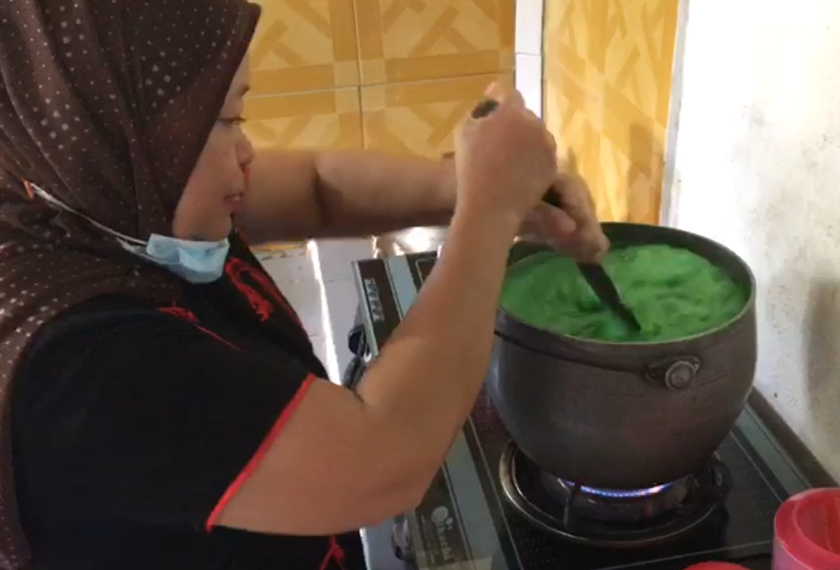Kak Kiah mewarisi resepi warisan ini daripada ibu dan neneknya sejak berusia 15 tahun lagi. -Gambar Astro AWANI