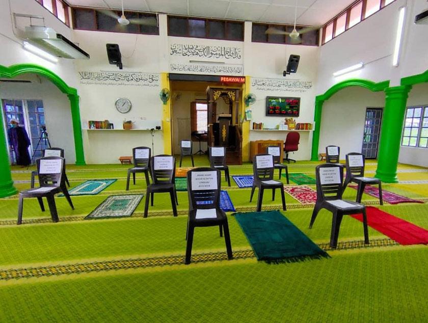 Ruang solat disanitasi dan ditanda mengikut jumlah jemaah termasuk imam dan khatib.