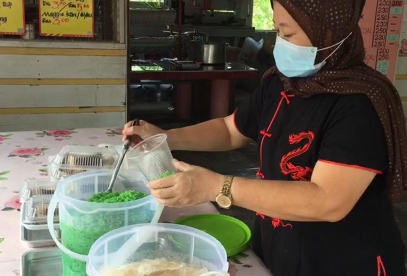 Kak Kiah menyediakan juadah Bubur Sekapur di gerainya untuk dijual kepada pelanggan melalui aplikasi Whatsapp dan Facebook. -Gambar Astro AWANI