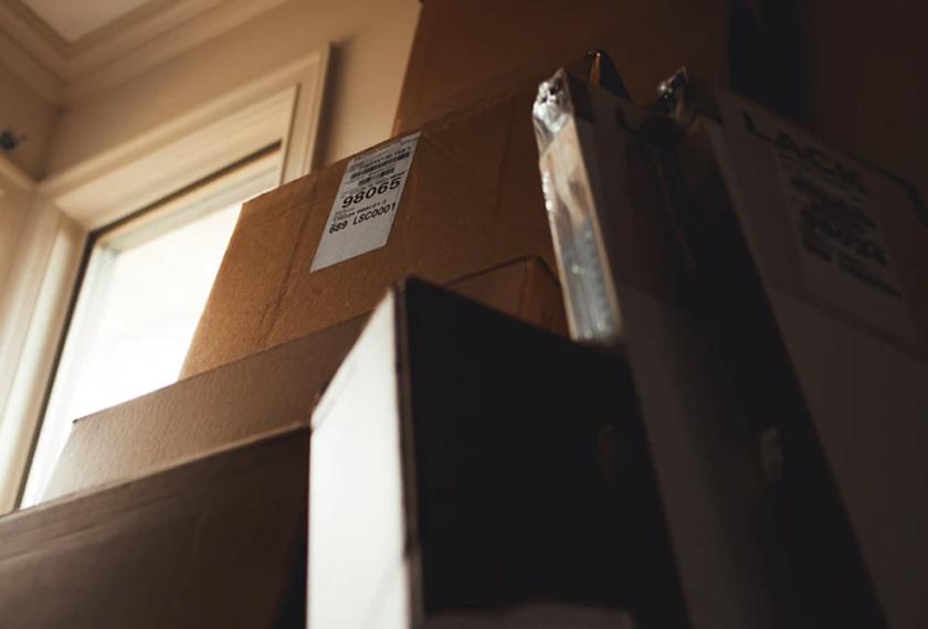 Idea terbaik jika anda akan berpindah adalah memastikan kesemua barangan yang akan dibawa sekali sudah siap dibungkus 24 jam sebelum waktu berpindah. -Gambar hiasan/ unplash