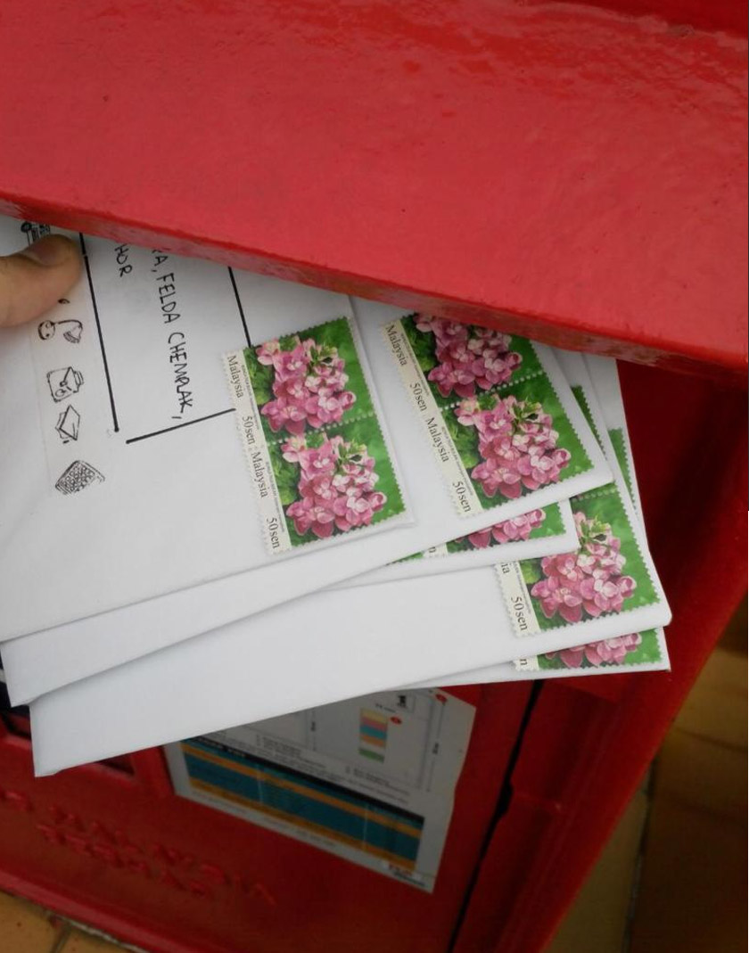 Kad ucapan yang siap disertakan alamat penerima di hantar ke peti pos surat. - Foto Astro AWANI