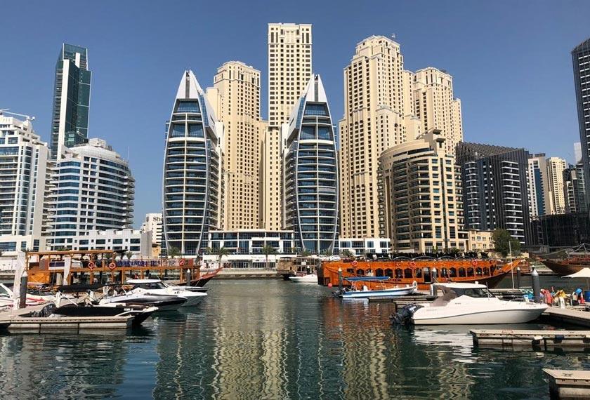 Deretan penginapan villa dan kondominium mewah di sepanjang bandar pinggiran air Dubai Marina. - Astro AWANI