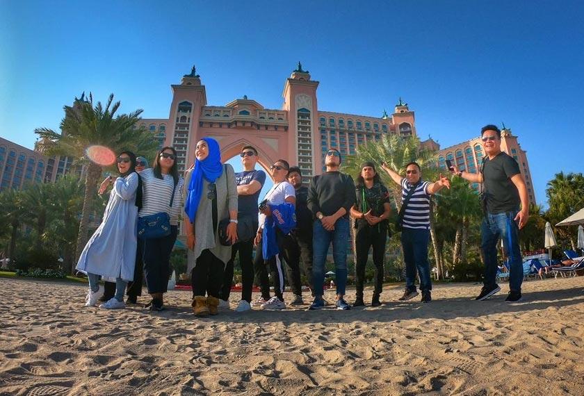 Hady dan Jannah bersama tenaga produksi Gegar Vaganza bergambar di pantai buatan Atlantis The Palm. - Astro AWANI