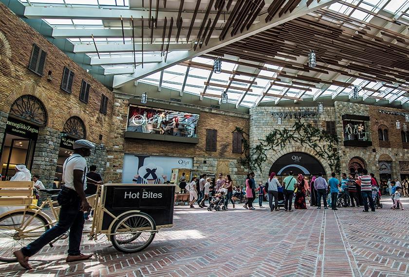 Masa untuk berbelanja! Dubai Outlet Village menanti kunjungan pelanggan dengan pelbagai tawaran menarik. - Flickr \ Abed El Hafiz El Masri