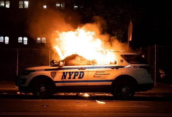 Kenderaan NYPD rempuh penunjuk perasaan