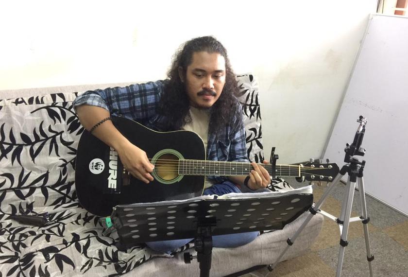 Muhammad Khairil Hafizi bermain muzik secara dalam talian sepanjang PKP dikuatkuasakan. Gambar: Astro Awani