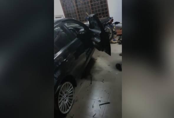 Kereta terbabas, rempuh dinding rumah