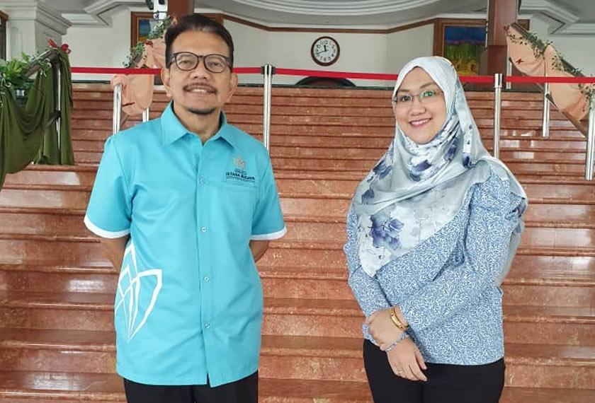 Abang Joe di samping pegawainya, Puteri Shahda Azza Megat Burhainuddin yang juga Pengarah Pemasaran Istana Budaya. - Gambar Astro AWANI