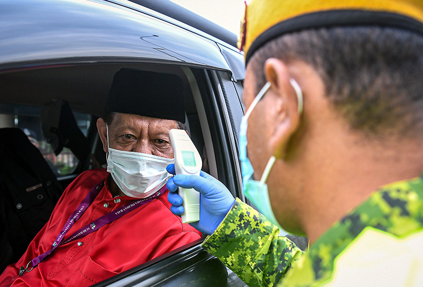 Tengku Datuk Zainul ketika tiba di pusat penamaan calon di IKBN Pekan hari ini. --fotoBERNAMA